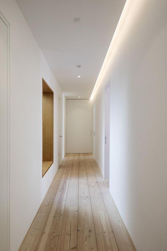 pasillo iluminado con luz empotrada
