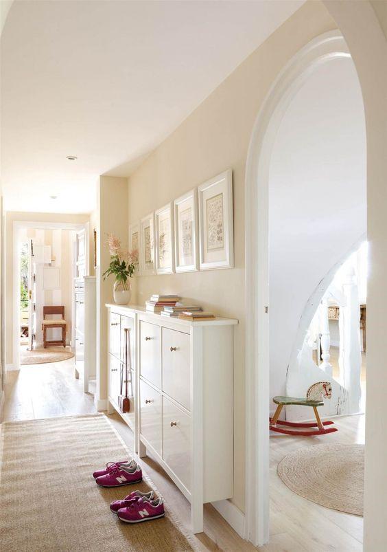 pasillo con muebles de almacenaje