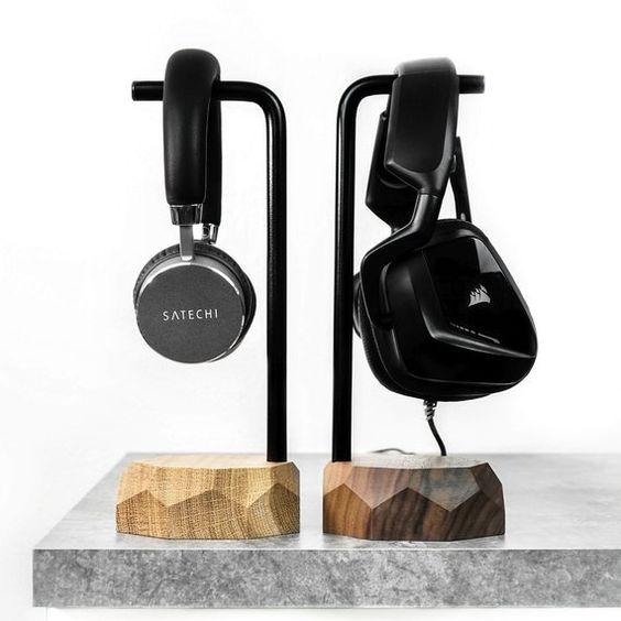 soporte de madera y metal para auriculares para decorar el despacho