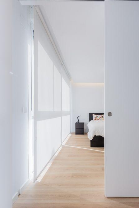 pasillo con ventanas cubiertas por estores